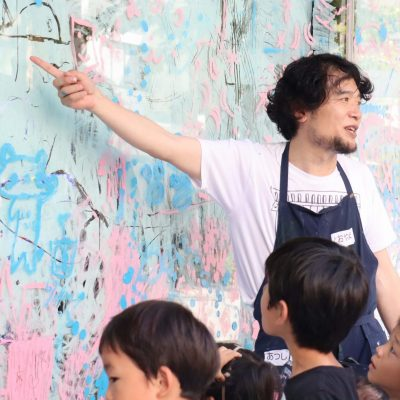 遠山敦ワークショップ 「でっかぁーーい窓ガラスにみんなで絵を描こう!!」を開催しました。